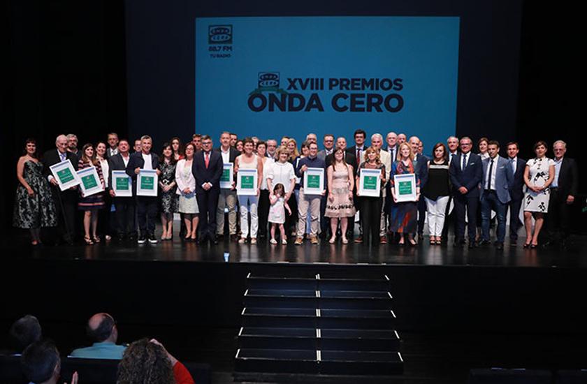 WEB-FACSA-Premios-Onda-Cero-Cátedra-FACSA-posado-todos-premiados.jpg